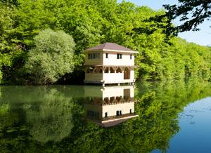 Жемчужина озера - двухэтажный домик на воде!