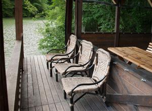 Удобные плетеные кресла ждут именно вас.