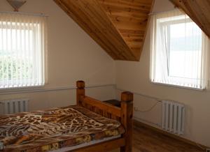 Лаконичный и теплый интерьер спальни.