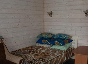 Изнутри домик также отделан экологически чистыми материалами.
