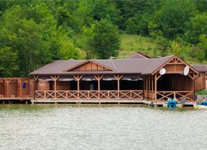 На территории базы есть уютный ресторан, который, по традиции, расположился на воде.
