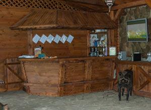 Хозяин Перевала встречает гостей у барной стойки.
