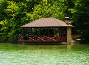 Хотите просторную беседку с камином и собственным выходом к воде - тогда вам сюда.